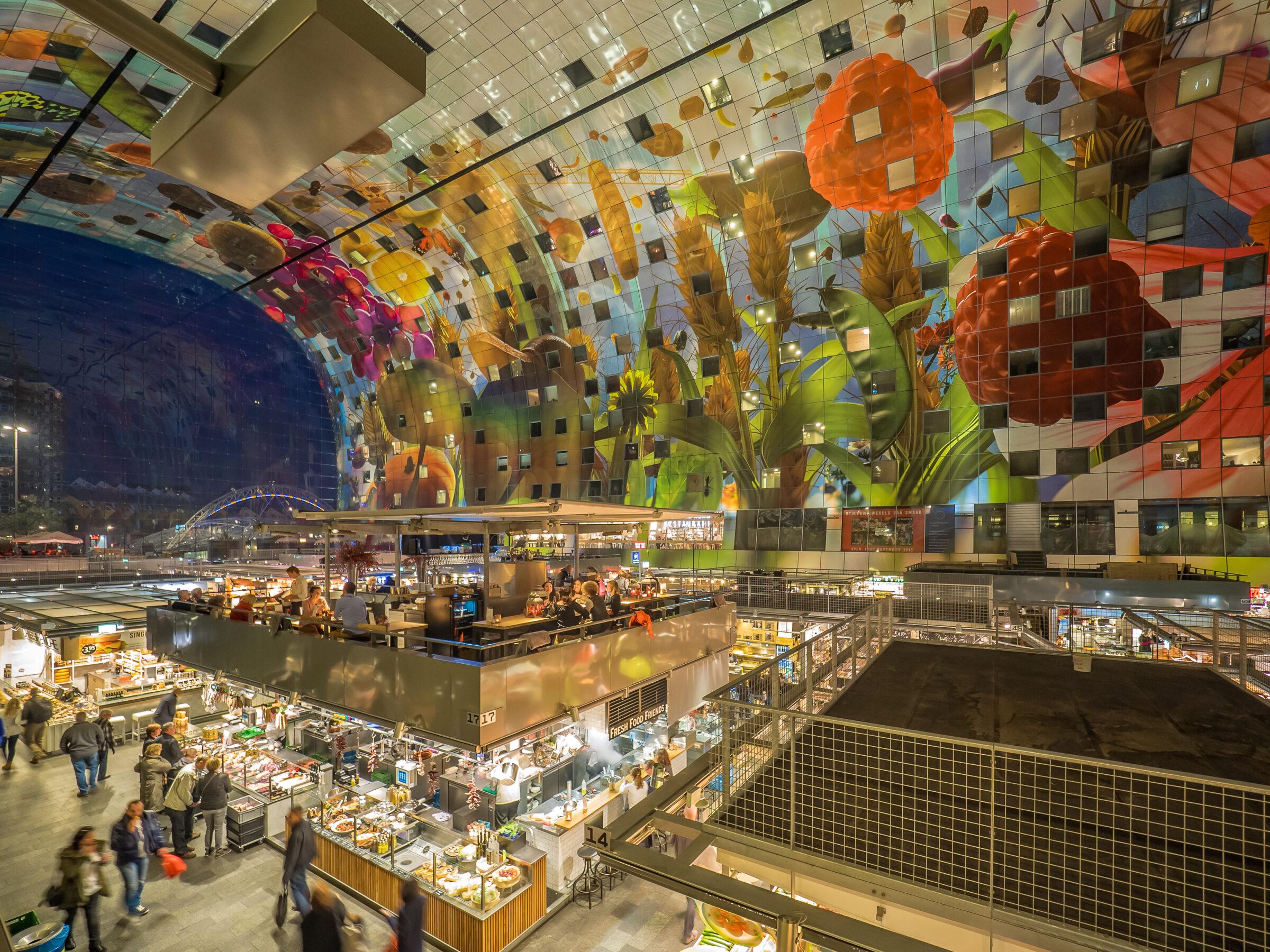 Martkhal Rotterdam y la cornucopia mural interior