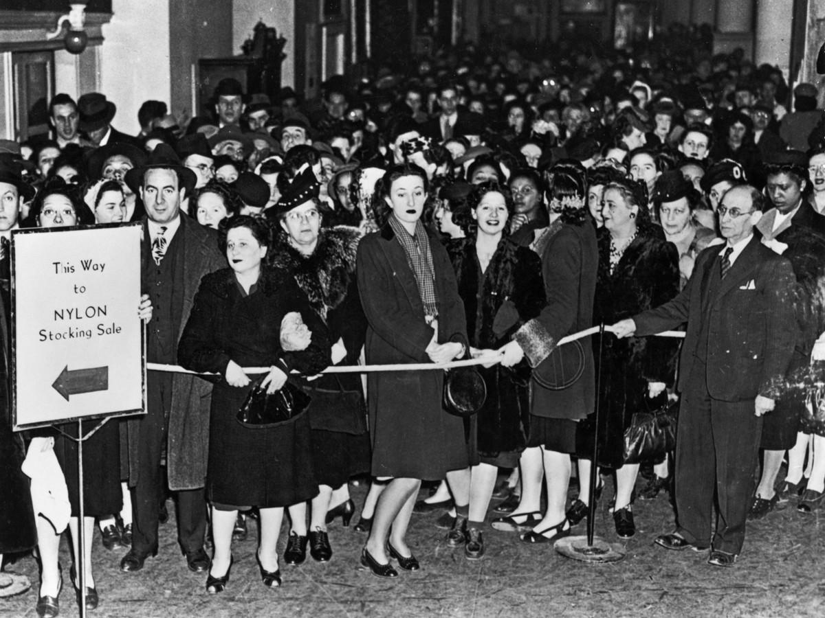 Mujeres haciendo cola durante las Nylon Riots